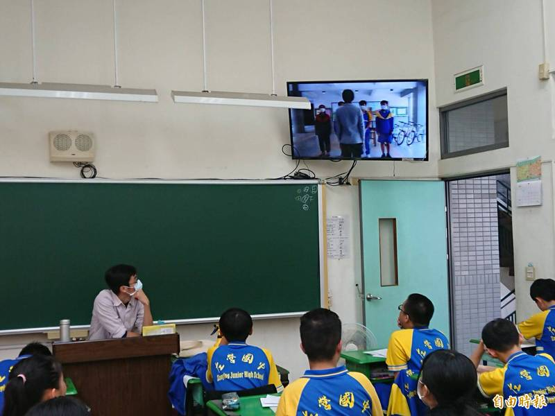 左營國中在教室舉辦休業式。(記者黃旭磊攝)