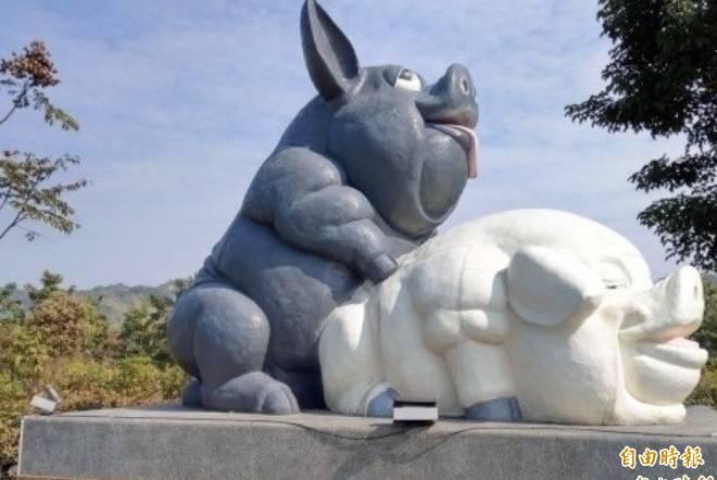 南投縣農產運銷公司「豬樂園」入口處「生生不息」裝置藝術,格外吸引路人目光。(資料照,記者張協昇攝)