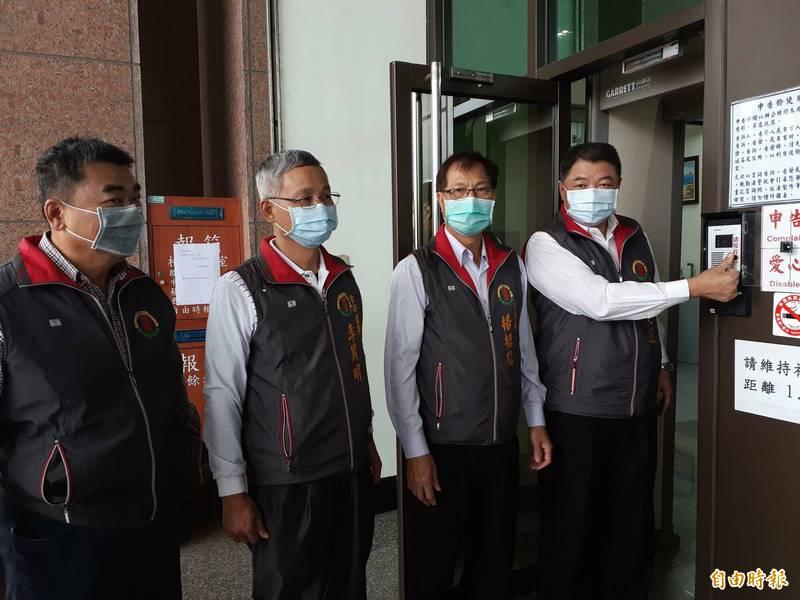 台東地區農會總幹事李建通(右)今天到台東地檢署按鈴控告陳敏智加重誹謗。(記者黃明堂攝)