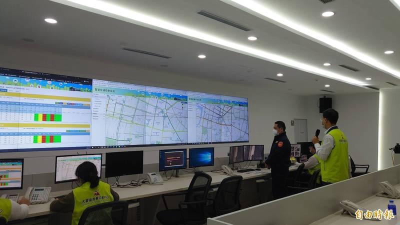 台南這週末又有大型廟會活動,大台南智慧交通中心將與警察局、交通大隊保持密切聯繫,因應各道路車流即時調整號誌控制策略。(記者洪瑞琴攝)