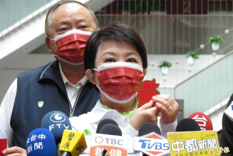 盧秀燕表示,雖然新春很多活動取消,但十元小紅包及小提燈都會發送給市民。(記者蘇金鳳攝)