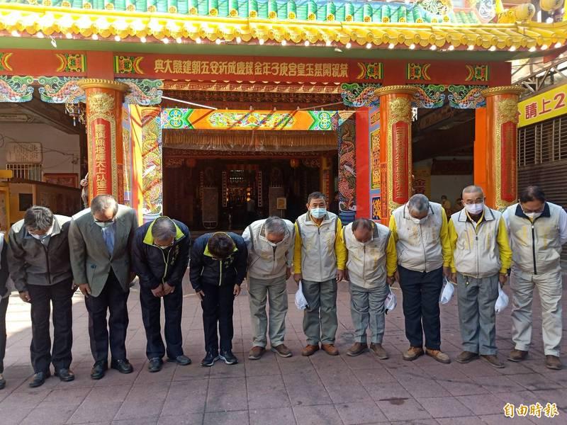 市府偕同開基玉皇宮代表向交陪境鞠躬表達歉意。(記者王姝琇攝)