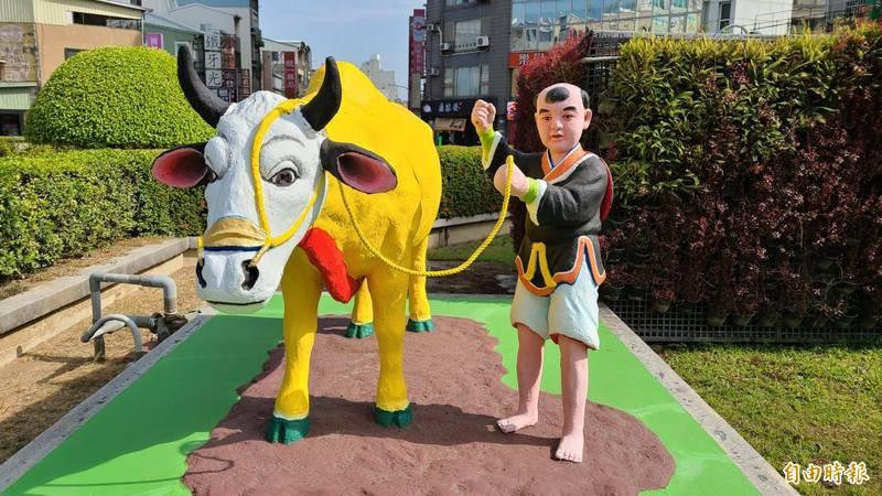 台南市東門城的春牛芒神已經漆上牛年的顏色,「迎春禮」民俗活動將停辦。(記者劉婉君攝)