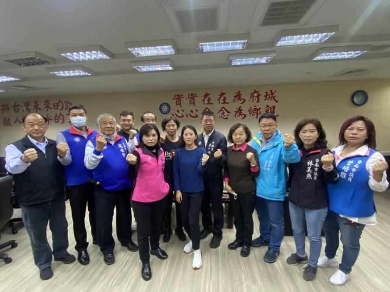 藍營宣傳雙公投,24日江啟臣、蘇偉碩將到台南連署點力挺,藍營議員也疾聲呼籲民眾以行動響應!(記者王姝琇翻攝)