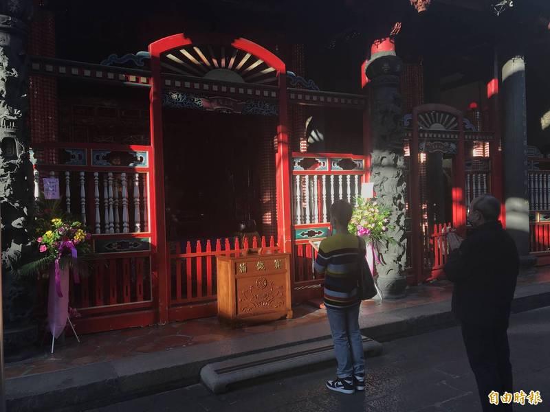 過年不少民眾會走廟,台北市民政局說,未禁止宗教活動,台北市廟宇小,近期無遶境活動,不太會有過多人聚集,但大家仍要戴口罩。。(記者蔡思培攝)