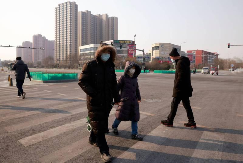 北京大興區發現英國變種病毒,中國政府已宣布明天起幼兒園停止託管服務,中學生23日起不到校。(路透)