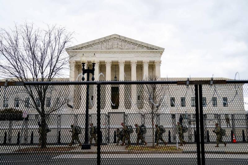 美國最高法院據稱收到炸彈威脅,國民警衛隊增派人力。(路透)