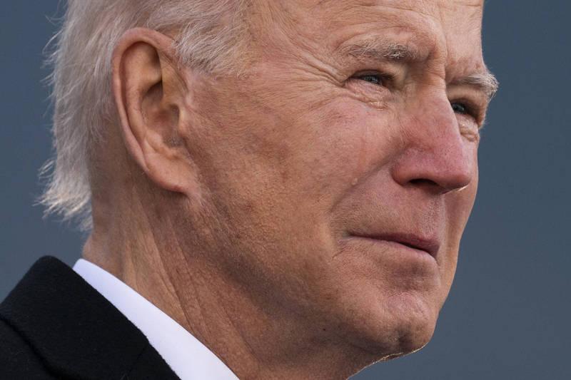 美國準總統拜登(Joe Biden)19日在家鄉德拉瓦州進行告別演說,他在演說時想起已故長子波‧拜登(Beau Biden),情緒激動落淚。(美聯社)