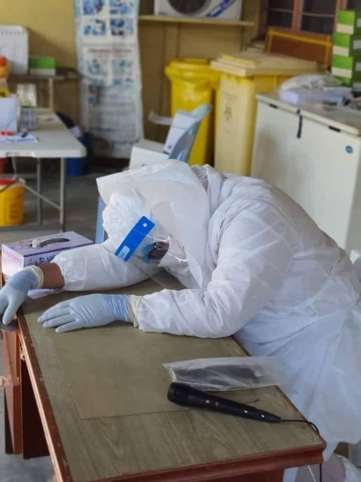醫生哈山(Dr. Ali Noor Hassan)因為在前線對抗疫情,長期勞累,日前工作時撐不住,趴在桌上休息,沒想到就此與世長辭。(擷取自粉專Skuad Pengurusan Jenazah - SPJ Malaysia)