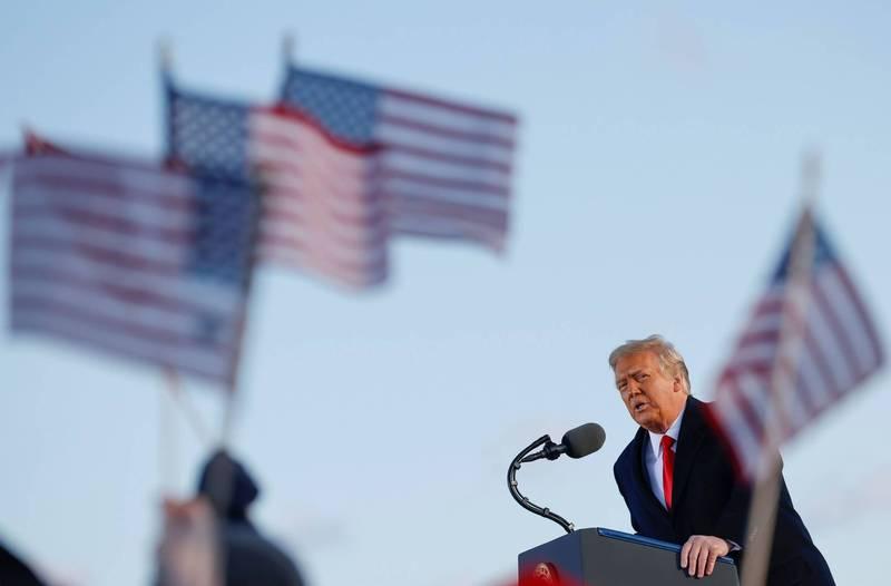 川普今早離開白宮飛往安德魯斯空軍基地發表告別演說,他向支持者宣稱自己將以「某種形式」回歸。(路透)