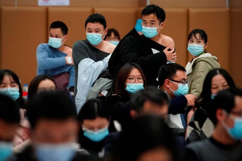 法新社彙整,截至台灣20日晚間7時,全球至少205萬8226人死於武漢肺炎,至少9614萬4670例確診。圖為中國上海一處疫苗注射站。(路透)