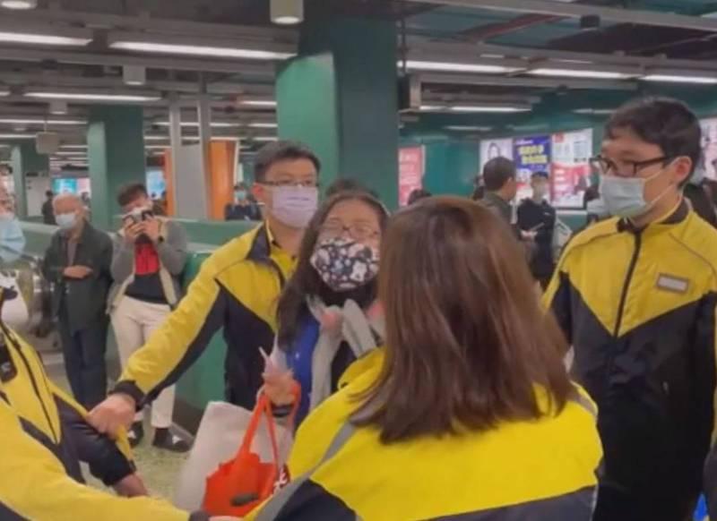 近日香港地鐵月台一名婦人,被戳破使用長者優惠的八達通卡,竟開始大鬧地鐵月台,自稱是「中文大學老師」。據悉,這名女子便是來自中國的香港中文大學政治及行政學系助理教授李薇。(圖翻攝自臉書)