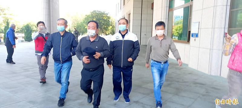 Ying Sheng International Co owner Chen Ying-chu, second right, leaves the Chiayi County Prosecutors' Office yesterday after being released on bail. Photo: Ting Wei-chieh, Taipei Times
