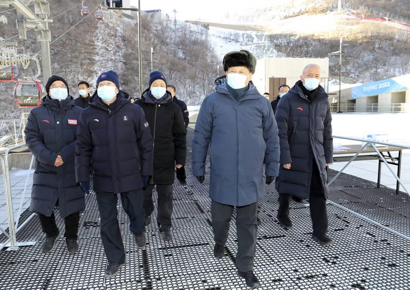 習近平(右二)在北京視察2022冬奧情況。(美聯社)