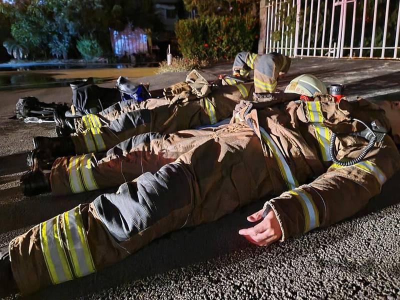 有消防弟兄今日在臉書上傳昨半夜3點眾人累癱躺一地的現場照片。(擷取自爆怨公社)
