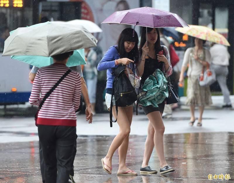 南方雲系明天北移,台灣東部、東南部及離島地區都將出現短暫陣雨,其他地區大致穩定可見陽光,但仍可能有零星降雨。(資料照)