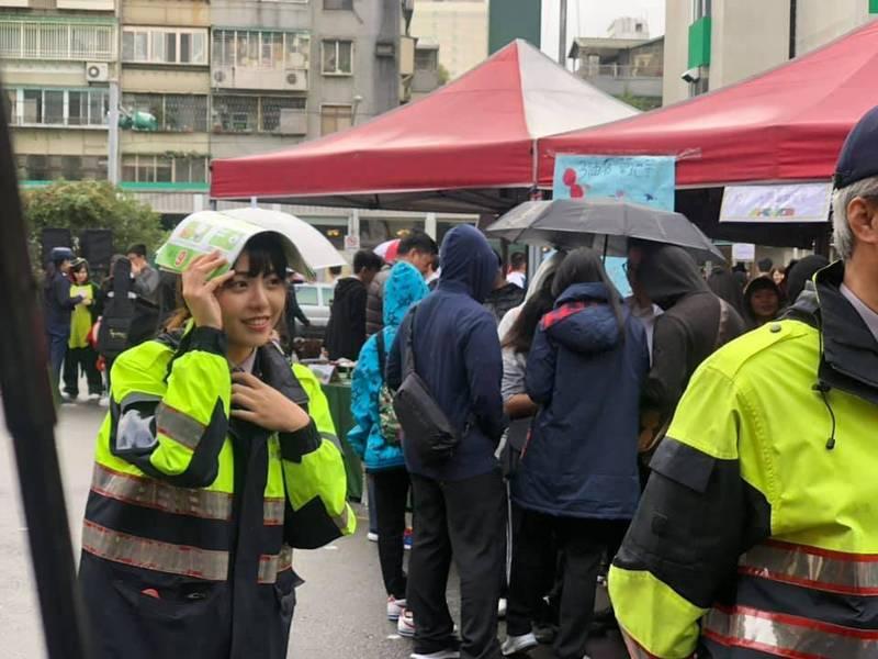 有網友在高中園遊會拍到正妹女警,引發網友暴動。(讀者彭少甫提供)