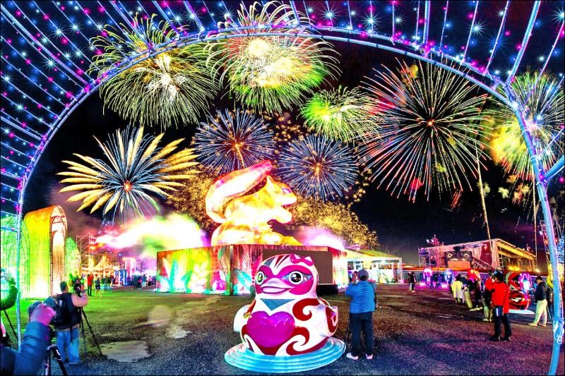 去年花蓮燈會開幕煙火及主燈秀。(花蓮縣政府提供)