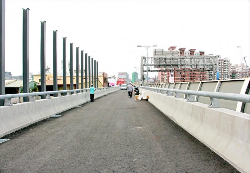 「國道10號東向銜接國道1號北上匝道工程」已完工,預計1月底前通車。(記者葛祐豪翻攝)