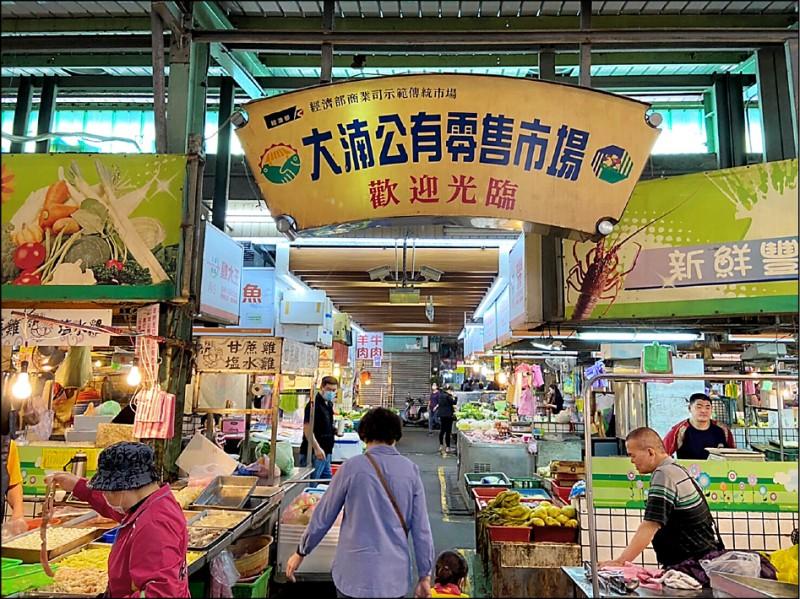 桃園市長鄭文燦昨天宣布,進入傳統市場未戴口罩,最高可開罰1萬5000元。 (資料照)