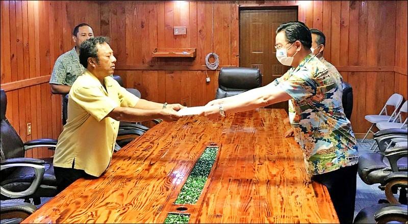 外交部長吳釗燮(右)昨以總統特使身分前往帛琉,晉見帛琉現任總統雷蒙傑索(左)並呈遞特使國書。(取自外交部推特)