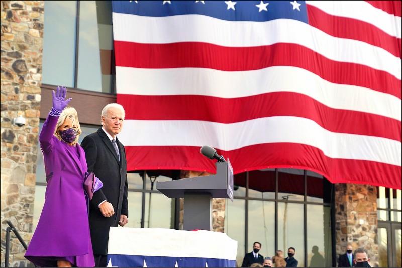 拜登19日偕妻子吉兒現身德拉瓦州國民兵中心,並發表演說。(美聯社)