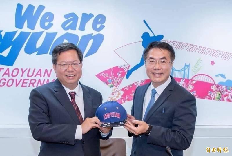 台南市長黃偉哲在臉書發文挺桃園,並PO出與桃園市長鄭文燦的合照。(市府提供)