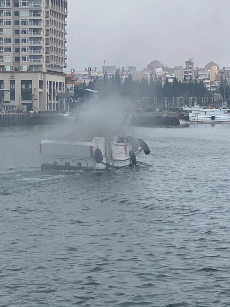 「全順億6號」漁船在馬公內海航行突竄濃煙。(民眾提供)
