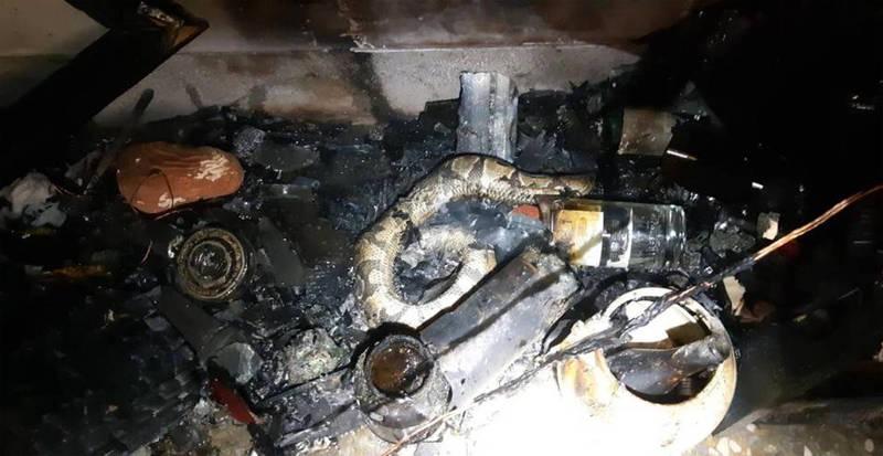 草屯鎮民宅火災一樓是起火點,養在水族箱的蟒蛇被燒死。(圖由南投縣消防局提供)