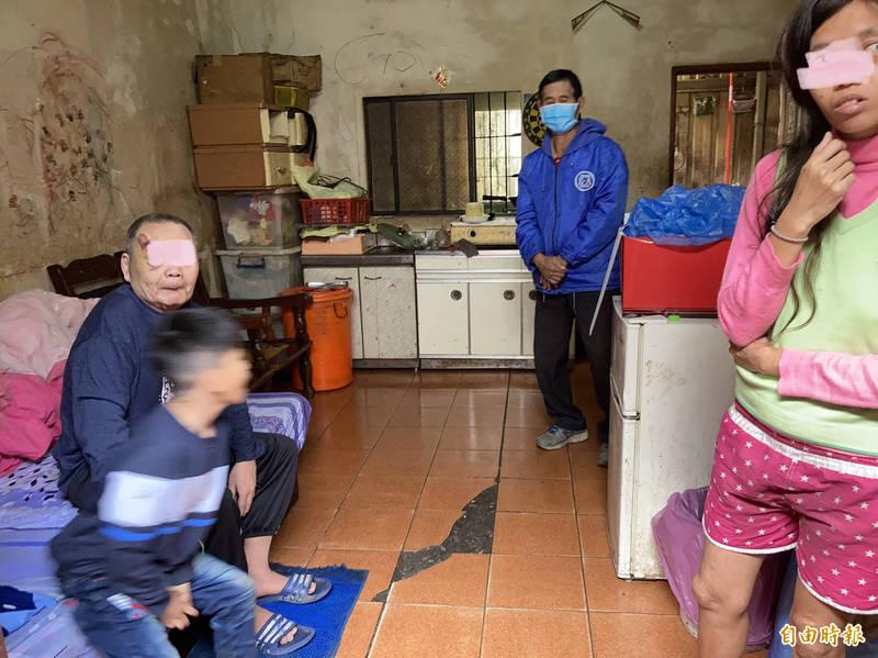 林家6口人擠在屋內,臭不可聞。(記者顏宏駿攝)