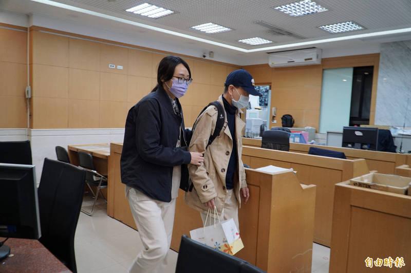 鼎宸系統股份有限公司實際負責人李語宸今晚被移送北檢複訊。(記者錢利忠攝)