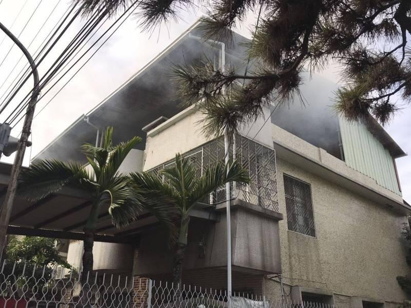 太平宜欣一路一戶民宅,今天上午2樓房間起火,頂樓瀰漫濃濃白煙。(記者陳建志翻攝)
