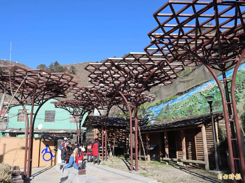 參山處斥資千萬在環山部落打造八座特別的紫藤花架。(記者歐素美攝)