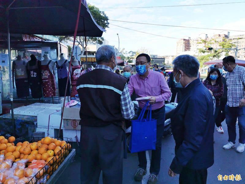 前立委黃適卓在南門市場發送口罩。(記者謝武雄攝)