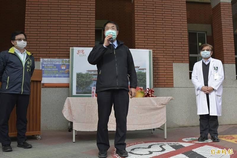 市長黃偉哲今天前往部立台南醫院贈予第一線防疫醫護水果。 (記者王姝琇攝)