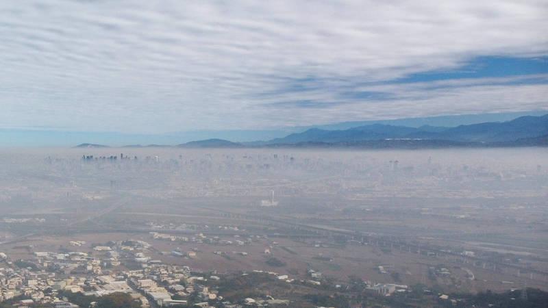 生態博士蔡嘉陽於八卦山上拍攝到「霧鎖大台中」影像。(蔡嘉陽提供)