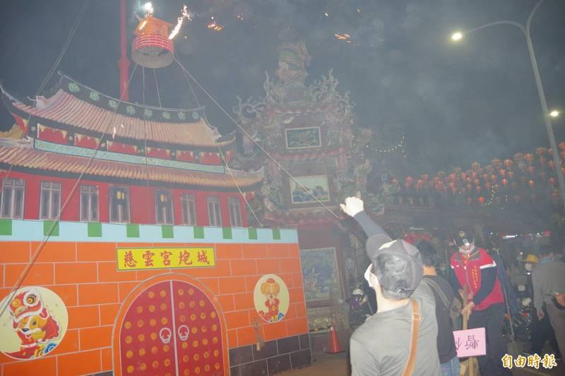 「慈雲宮攻炮城」是苗栗後龍元宵節一大盛事,但今年因疫情取消。(記者蔡政珉攝)