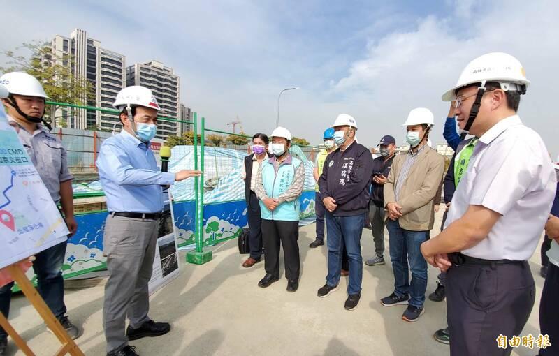 副市長林欽榮視察愛河上游2座水質淨化場,向地方說明農曆春節後2月14日試運轉。(記者陳文嬋攝)