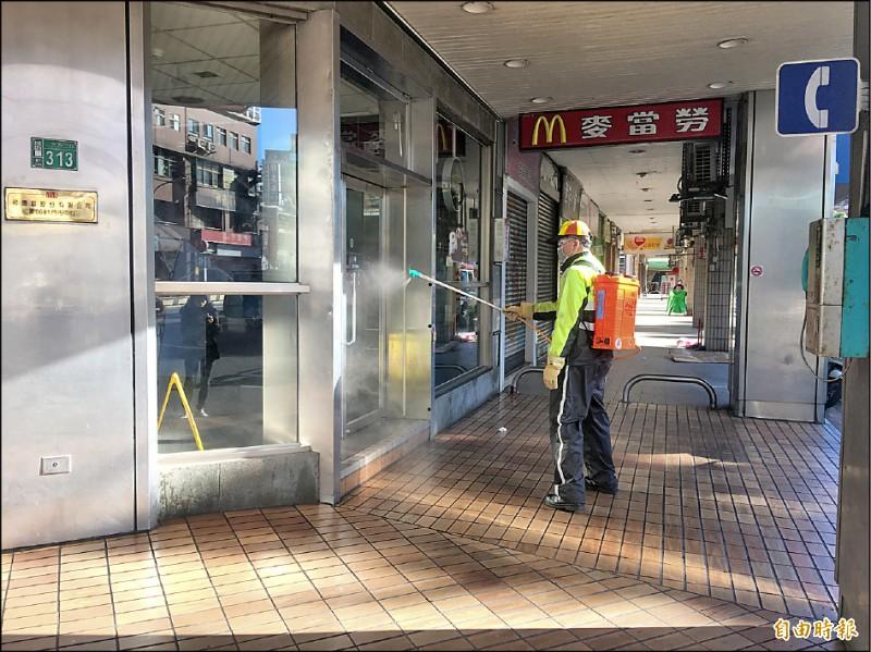 麥當勞三民店昨緊急消毒。(記者謝武雄攝)