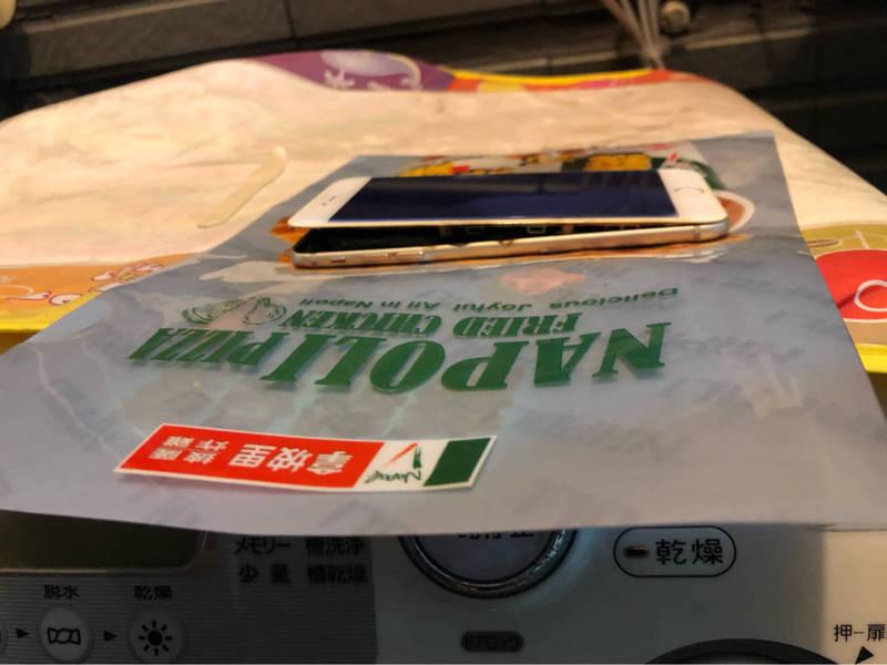 原PO分享舊手機電池膨脹的情況。(翻攝PTT)