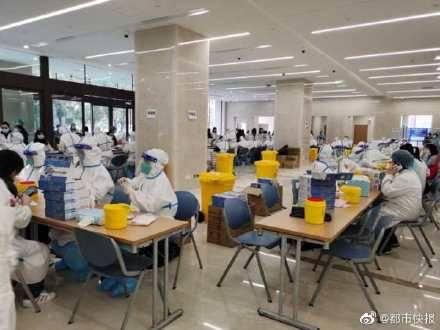 上海復旦大學附屬腫瘤醫院、仁濟醫院西院各自爆出1例疑似病例,造成部分院區停診「封院」。圖為上海某醫院檢測區。(圖擷取自微博)