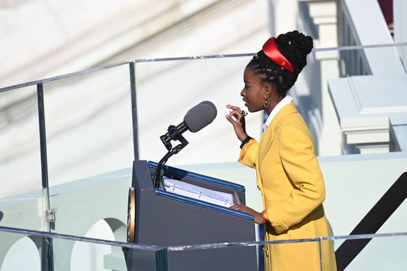 美國總統拜登20日在就職典禮上宣示成為第46任總統,而在典禮中,22歲的詩人阿曼達‧戈爾曼(Amanda Gorman)在現場朗誦自己寫下的詩篇The Hill We Climb》,吸引全場目光。(歐新社)