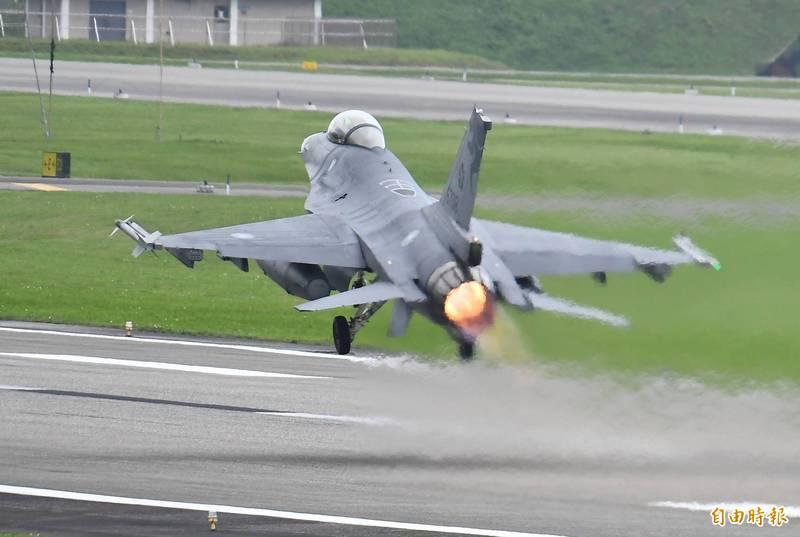 空軍司令部已將F-16戰機機隊的維修工作,委由漢翔公司的F-16戰機維修中心來執行,合約為期5年,金額達到23.3億元。(資料照)