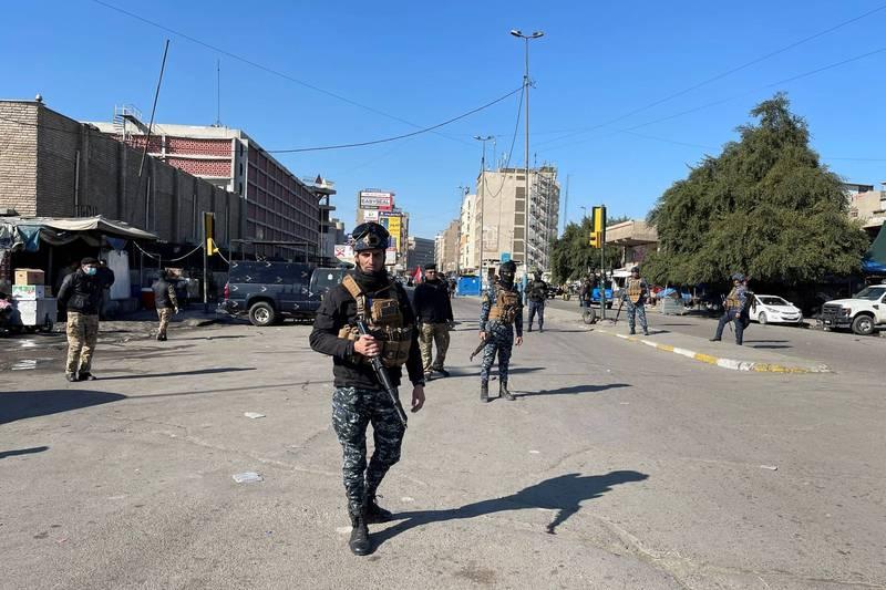 伊拉克首都巴格達一間商業中心,今遭自殺炸彈客襲擊造成重大傷亡,當地維安人員在現場進行警戒。(路透)