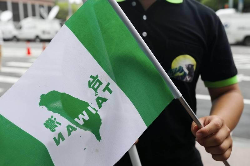 香港眾志創黨主席羅冠聰笑喊,中國沒有禁止龐皮歐等美國28名官員入境台灣,是在變相承認台灣獨立嗎?(路透)