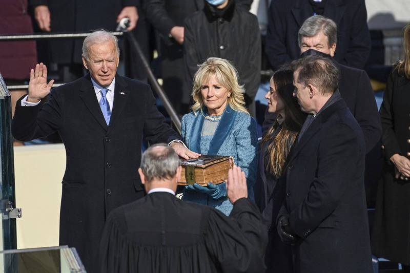 拜登(左)在家人陪同下宣誓就任美國第四十六任總統。(美聯社)