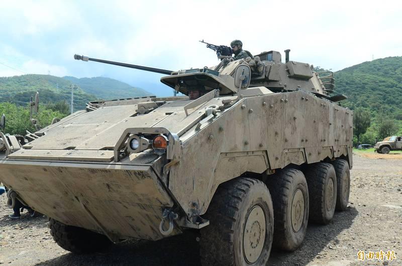 國造CM34雲豹8輪甲車配備30機砲,火力較同級輪型甲車強大。圖為CM34甲車參與漢光演習進行「聯合灘岸殲敵作戰」實彈射擊。(資料照)