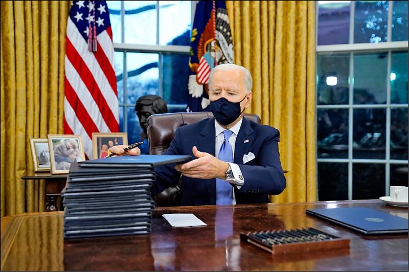 美國新任總統拜登二十日宣誓就職,當天立即在白宮橢圓形辦公室簽署十七項行政命令和行政行動,大多為逆轉卸任總統川普任內政策措施。(美聯社)