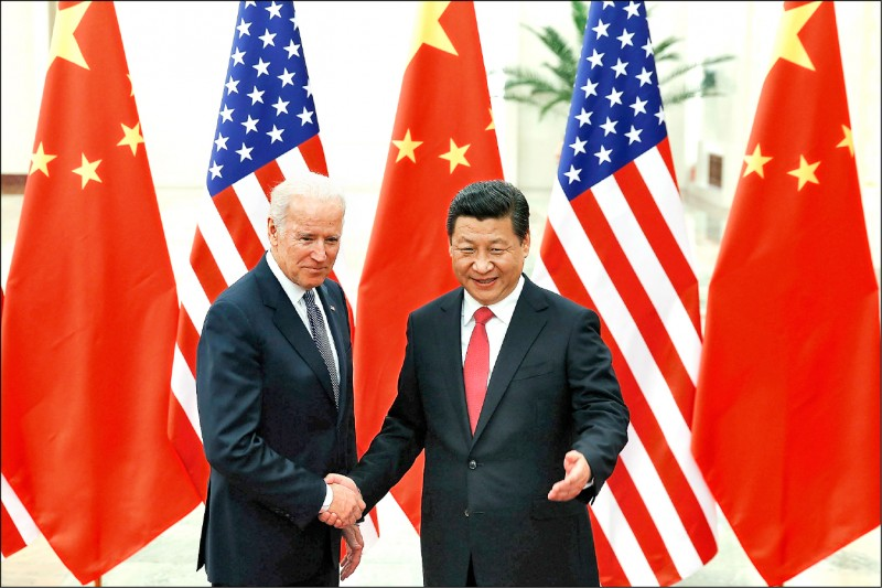 圖為時任美國副總統的拜登二○一三年十二月訪問中國,同年三月已成為中國國家主席的習近平在北京的人民大會堂歡迎他來訪。(美聯社檔案照)