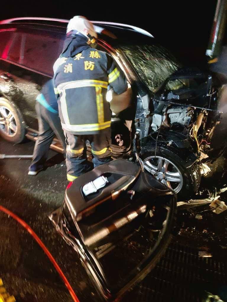 消防人員到場搶救畫面。(記者黃明堂翻攝)